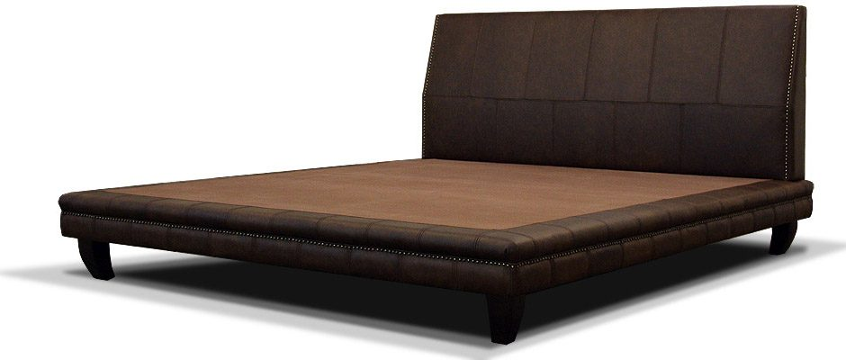 классическая кожаная кровать на ножках