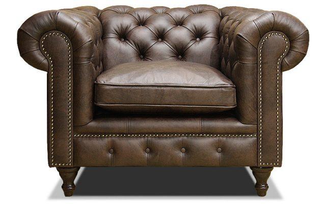 классическое кожаное кресло в стиле честер на ножках